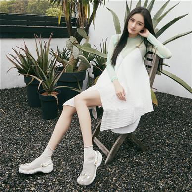 Crocs 推出为杨幂特别定制款洞洞鞋 潮流演绎自在av在线直播