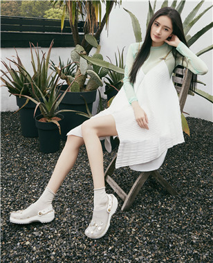 Crocs 推出为杨幂特别定制款洞洞鞋